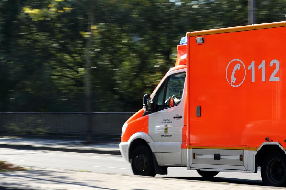 He colisionado con otro vehículo por intentar ceder el paso a una ambulancia, ¿quién me cubre?